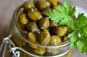 Capers in a jar, capres dans un bocal un