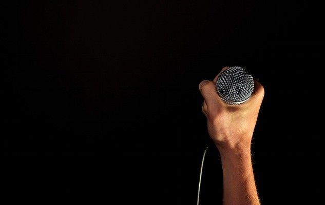 hand-microphone-mic-hold