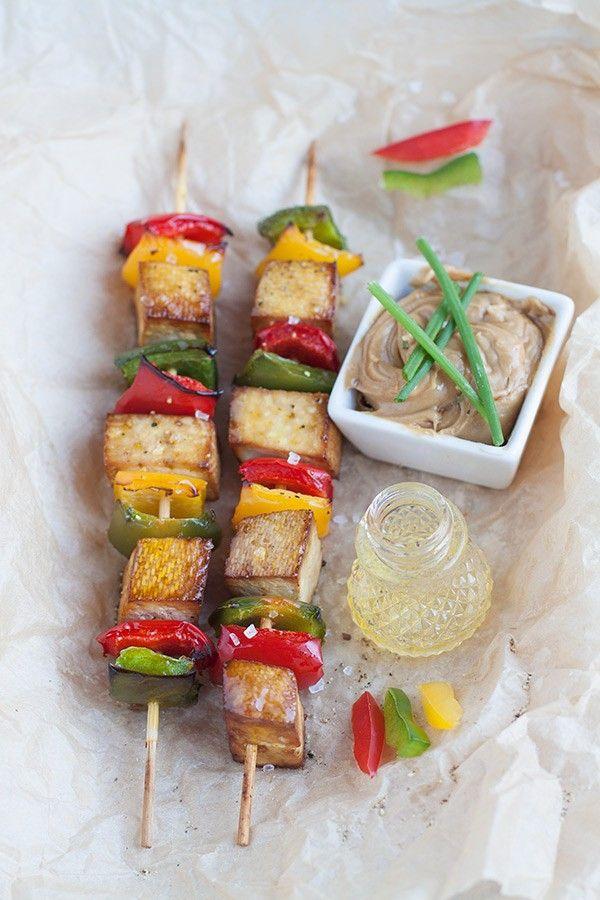 Brochettes-de-tofu-et-poivrons-avec-sauce-aux-arachides