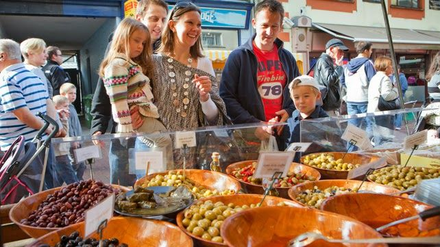 festival-family-getting-food