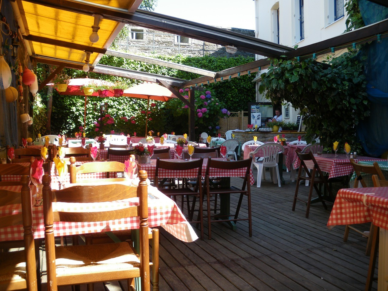 restaurant outdoor dining