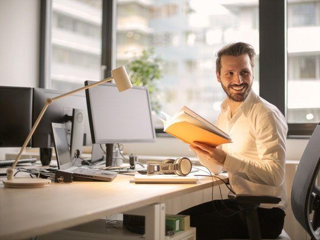 assis travail ordinateur homme