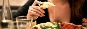 Perché prima del ciclo viene voglia di abbuffarsi di alcuni alimenti?