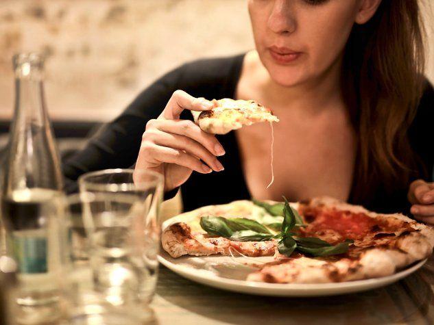 pizza eating femme woman manger